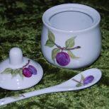 Marmeladendöschen, mit Zwetschgen rundum sowie auf Deckel und Löffelchen. Spülm. und Mikrow. geeignet. 40,-€  Art.:1275