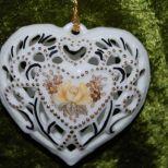 Herzanhänger, hohl, durchbrochen mit Rose und Vergissmeinnicht und Zweigen in Kupferlüster und Gold auf Vorder- und Rückseite, 40,-€  Art.: 1166