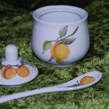 Marmeladendöschen, mit Aprikosen rundum sowie auf Deckel und Löffelchen. Spülm. und Mikrow. geeignet. 40,-€  Art.:1276
